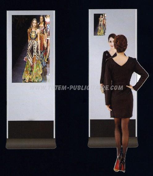 totem dynamique - à gauche le miroir affiche la séquence vidéo, à droite le miroir apparaît et le séquence vidéo rejoint le coin supérieur gauche de l'écran
