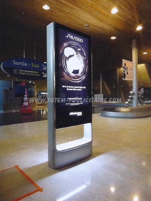 totem numérique - totem affichage publicitaire situé dans une galerie marchande